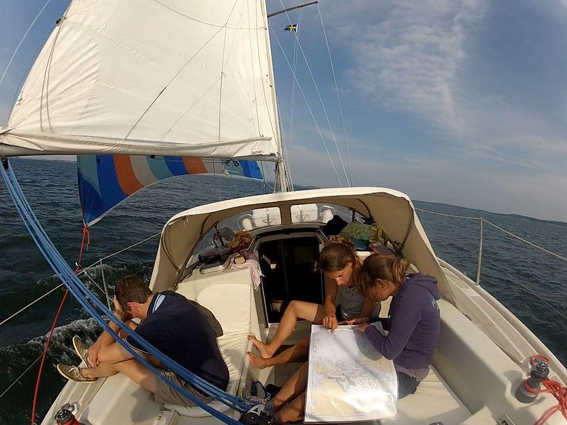 Navigatrices qui étudient la carte !